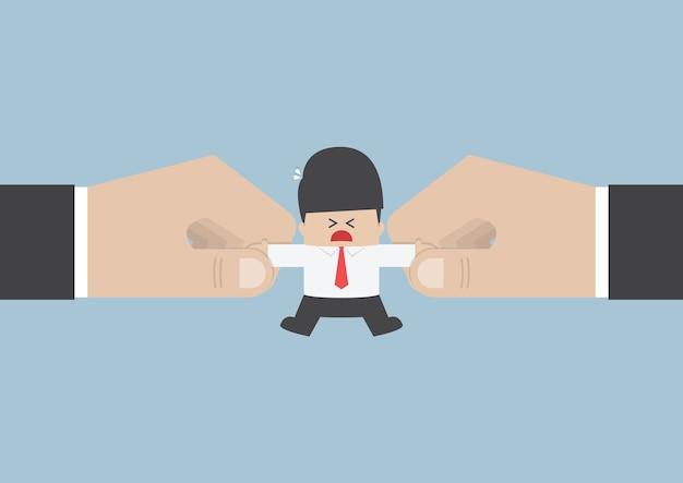 Las manos están luchando por un empresario importante
