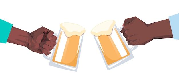 Manos humanas haciendo clic en jarras de cerveza octoberfest celebración de fiestas concepto de festival horizontal plana