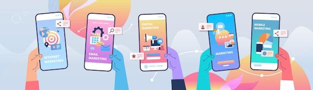 Manos humanas con pantalla de teléfono inteligente concepto de comunicación de marketing digital ilustración vectorial horizontal