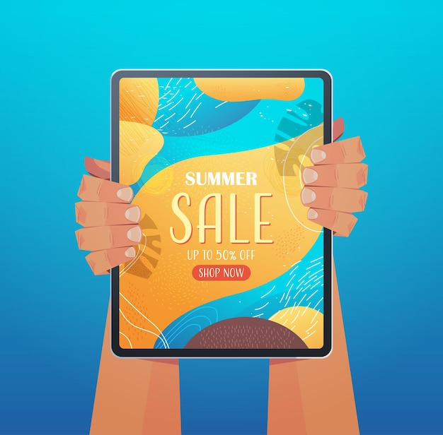 Manos humanas con tablet pc con folleto de banner de venta de verano o tarjeta de felicitación en la ilustración vertical de la pantalla
