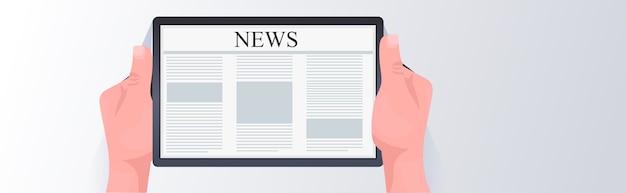 Manos humanas con tablet pc leyendo noticias diarias periódico en línea prensa concepto de medios de comunicación