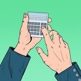 Manos masculinas de arte pop con calculadora