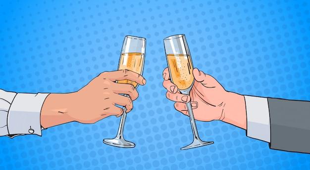 Manos masculinas de los pares que tintinean el vidrio de vino de champagne que tuesta el arte pop pin up retro del fondo