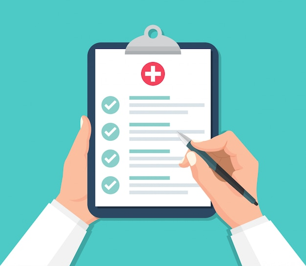 Manos del médico sosteniendo el portapapeles con lista de verificación para informe médico en un diseño plano