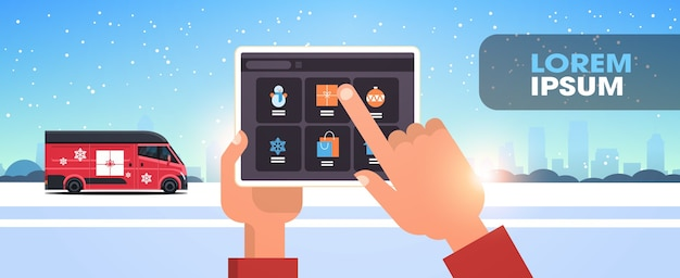 Manos de papá noel con tablet pc aplicación móvil en línea feliz navidad vacaciones de invierno celebración concepto nevadas paisaje urbano ilustración vectorial plana horizontal