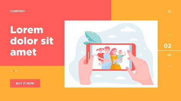 Manos de la persona que mira la foto de la familia y los niños en el teléfono inteligente. imagen de padres e hijos felices en la pantalla del teléfono móvil. ilustración de vector de memoria, comunicación, concepto de unión