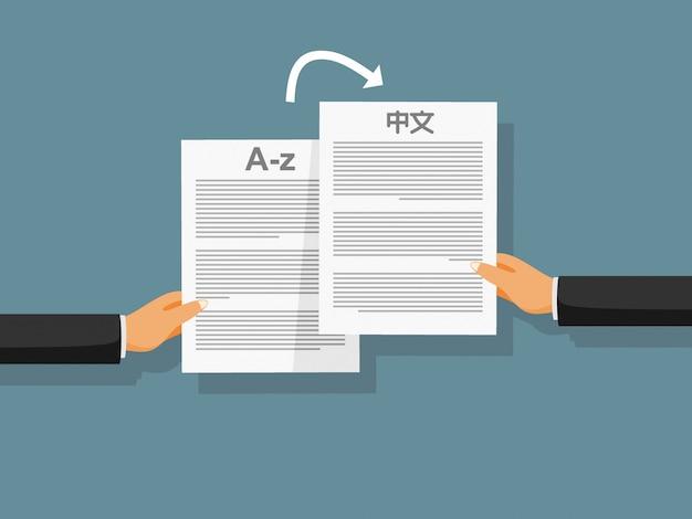 Las manos de la persona sostienen documentos similares en diferentes idiomas.
