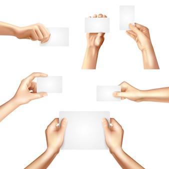 Manos sosteniendo carteles de tarjetas en blanco
