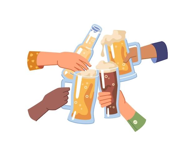 Manos sosteniendo cerveza en vasos y saludos de botella