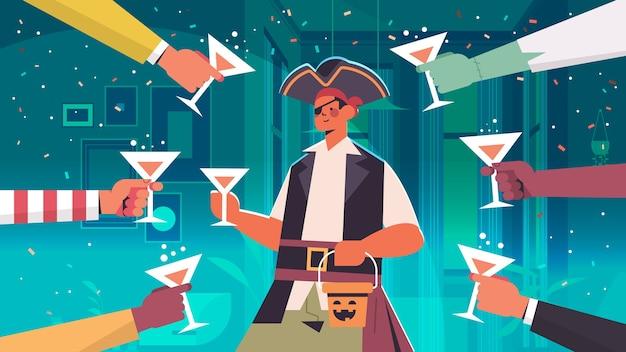 Manos sosteniendo cócteles alrededor del hombre en traje de pirata feliz celebración de vacaciones de halloween bar concepto de fiesta vertical ilustración vectorial