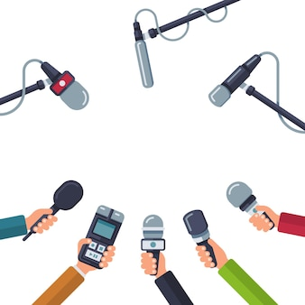 Manos sosteniendo micrófonos