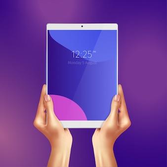 Manos sosteniendo tableta blanca realista con fecha y hora en la ilustración de la pantalla