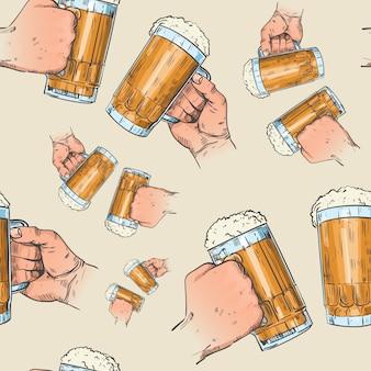 Manos sosteniendo tazas de cerveza de patrones sin fisuras