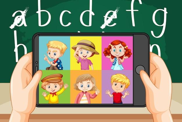 Manos sosteniendo el teléfono inteligente con diferentes niños en la pantalla del teléfono inteligente