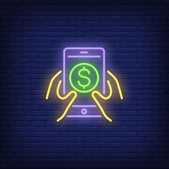 Manos sosteniendo teléfono inteligente con el símbolo de dólar