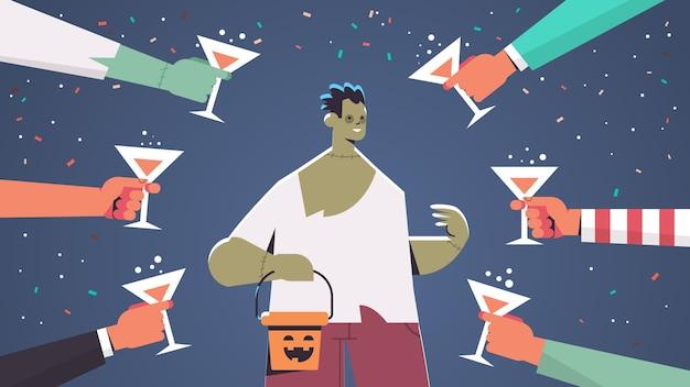 Manos sosteniendo vasos alrededor del hombre en traje de zombie feliz celebración de fiesta de halloween concepto retrato horizontal ilustración vectorial