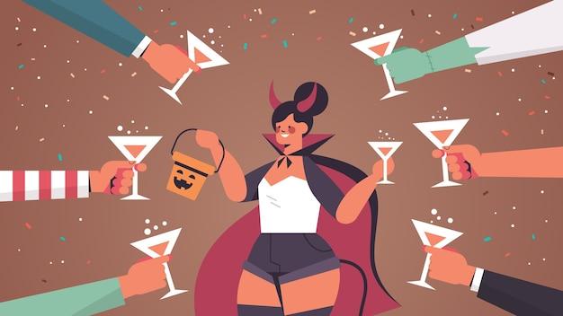 Manos sosteniendo vasos alrededor de mujer en traje de diablo feliz celebración de fiesta de halloween concepto retrato horizontal ilustración vectorial