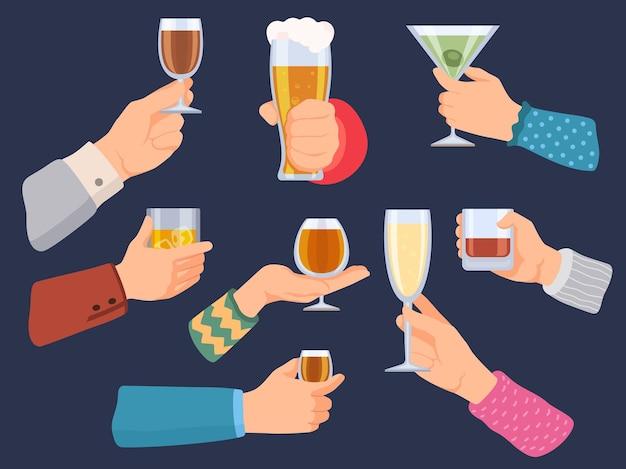 Las manos sostienen bebidas alcohólicas. hombre y mujer con copas de vino, cerveza, tequila, whisky y champán. cóctel de barra de dibujos animados en conjunto de vector de mano. ilustración de bebida de alcohol vaso, vino y whisky