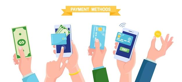 Las manos sostienen el teléfono móvil con tarjeta de crédito o débito, billetera con dinero, moneda y efectivo. pago en línea, transacción de seguridad. aplicación de banca por internet en el teléfono móvil