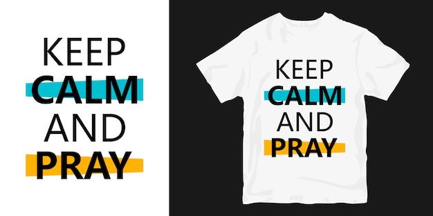 Mantén la calma y reza camiseta tipográfica