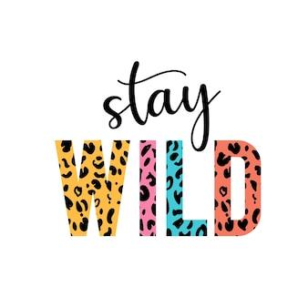 Manténgase salvaje con las letras con la colorida ilustración de estampado de guepardo