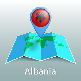 Mapa mundial de la bandera de albania en el pin con el nombre del país sobre fondo gris