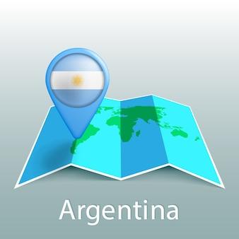 Mapa mundial de la bandera argentina en el pin con el nombre del país sobre fondo gris