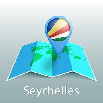 Mapa mundial de la bandera de seychelles en pin con el nombre del país sobre fondo gris