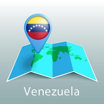 Mapa mundial de la bandera de venezuela en el pin con el nombre del país sobre fondo gris