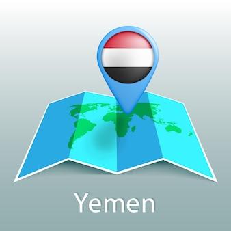 Mapa del mundo de la bandera de yemen en pin con el nombre del país sobre fondo gris