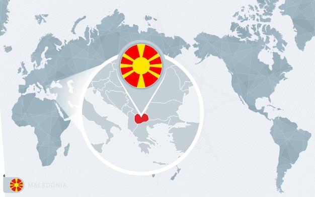 Mapa del mundo centrado en el pacífico con macedonia ampliada. bandera y mapa de macedonia.