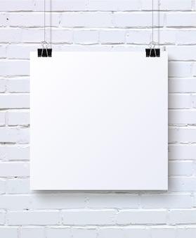 Maqueta de cartel en blanco blanco en la pared de ladrillo blanco