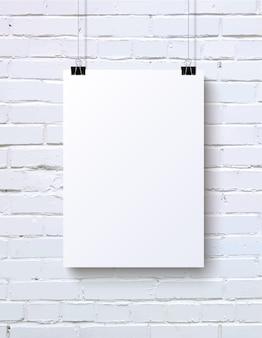 Maqueta de cartel vertical en blanco blanco en la pared de ladrillo blanco