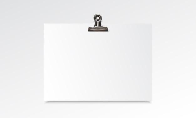 Maqueta realista de papel en blanco con clip de carpeta