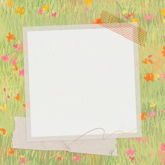 Marco en un campo floreciente de primavera