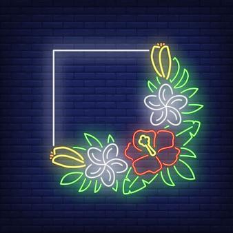 Marco cuadrado con letrero de neón hibiscos. manojo de flores tropicales con hojas verdes.