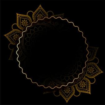 Marco dorado brillante con decoración de mandala