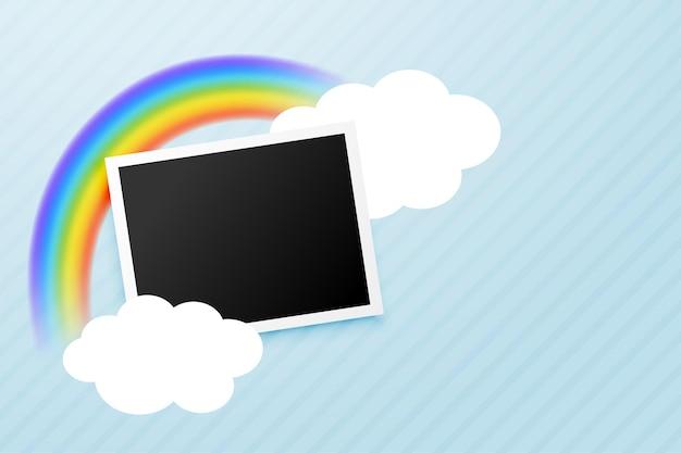 Marco de fotos con arcoiris y nubes.