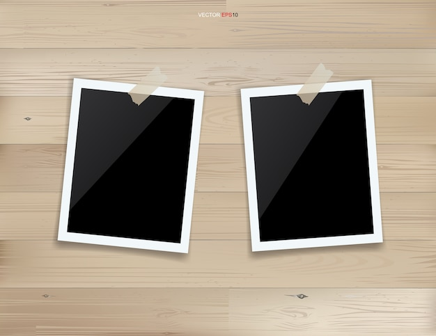 Marco de fotos en blanco o marco de fotos sobre fondo de madera