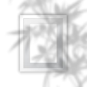 Marco de fotos en blanco con superposición de sombras de plantas