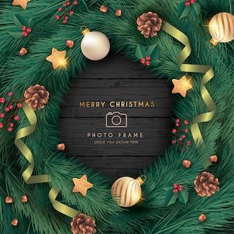 Marco de fotos de navidad realista con adornos y hojas.