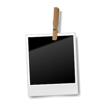 Marco de fotos retro en blanco realista con clip de madera, ilustración vectorial