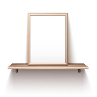 Marco de fotos vacío de pie en el estante de madera
