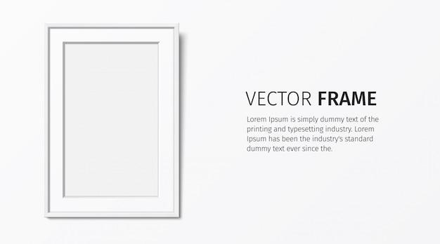 Marco de madera blanca con passepartout, colgando en el fondo de la pared blanca. marco en blanco realista, para colocación de texto o imagen. plantilla de marco elegante vacío con espacio de copia.