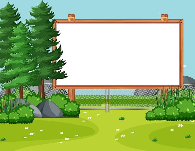 Marco de madera en blanco en la escena del parque natural con pinos
