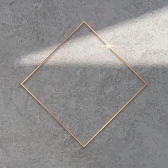 Marco de oro rombo sobre fondo de cemento