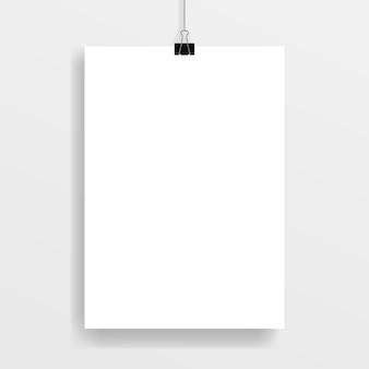 Marco de póster, sujeto con un clip de papel negro.
