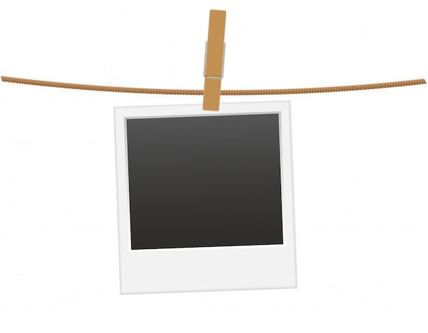 Marco retro de la foto que cuelga en una cuerda con la ilustración del vector del clothespin