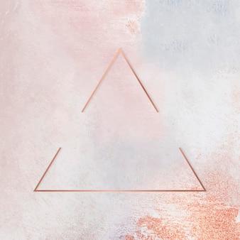 Marco de triángulo de cobre sobre fondo pastel