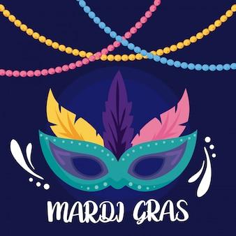 Máscara de carnaval con collares y plumas